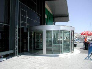 דלת זכוכית קרוסלה בכניסה לקניון